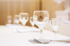 Tomma vinexponeringsglas i restaurang Royaltyfria Bilder