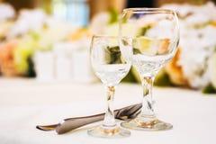 Tomma vinexponeringsglas i restaurang Arkivbilder