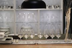Tomma vinexponeringsglas på den äta middag tabellen Royaltyfri Fotografi