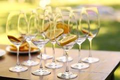 Tomma vinexponeringsglas på en tabell Royaltyfri Foto