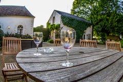 Tomma vinexponeringsglas på en tabell, fransk Chateau royaltyfri foto