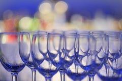 Tomma vinexponeringsglas på färgbakgrund Royaltyfri Foto