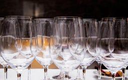 Tomma vinexponeringsglas på tabellen Royaltyfri Bild