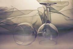Tomma vinexponeringsglas på tabellen Fotografering för Bildbyråer