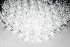 Tomma vinexponeringsglas på tabellen Royaltyfri Fotografi