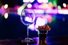 Tomma vinexponeringsglas på tabellen på ett parti Arkivfoto