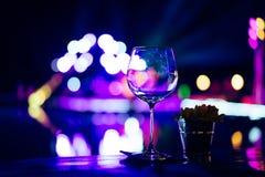 Tomma vinexponeringsglas på tabellen på ett parti Royaltyfri Bild
