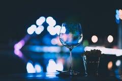 Tomma vinexponeringsglas på tabellen på ett parti Arkivbilder