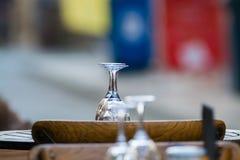 Tomma vinexponeringsglas på tabellen tjänade som för lunch, matställe i kafé Arkivfoton