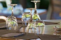 Tomma vinexponeringsglas på tabellen tjänade som för lunch, matställe i kafé Fotografering för Bildbyråer