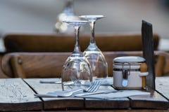 Tomma vinexponeringsglas på tabellen tjänade som för lunch, matställe i kafé Royaltyfria Foton