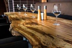 Tomma vinexponeringsglas på tjock skivatabellen i restaurang Royaltyfri Fotografi