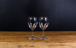 tomma vinexponeringsglas på träbräde Fotografering för Bildbyråer