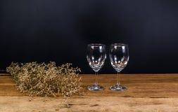 tomma vinexponeringsglas på träbräde Royaltyfri Bild