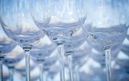 Tomma vinexponeringsglas som ställer in för bröllopparti Arkivfoton