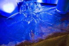 Tomma vinexponeringsglas som under gripa in i varandra sig för garnering Arkivfoton