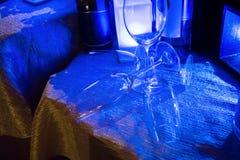 Tomma vinexponeringsglas som under gripa in i varandra sig för garnering Royaltyfri Bild