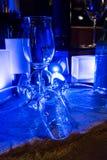 Tomma vinexponeringsglas som under gripa in i varandra sig för garnering Royaltyfria Bilder