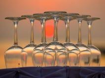 Tomma vinexponeringsglas under solnedgång på stranden i en restaurang, Thailand Royaltyfria Foton