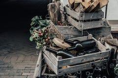 Tomma vinflaskor i en tr?ask och druvor med utrymme f?r att m?rka eller design royaltyfria bilder