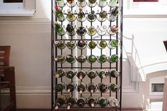 Tomma vinflaskor som i rad staplas royaltyfri fotografi