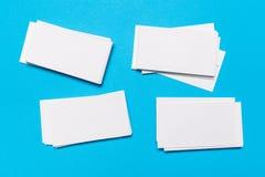 Tomma vita affärskort på blå bakgrund Modell för att brännmärka identitet royaltyfria foton