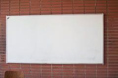 Tomma Whiteboard i ett klassrum arkivfoto