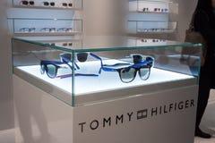 Tommy Hilfiger-Gläser auf Anzeige bei Mido 2014 in Mailand, Italien Stockbild
