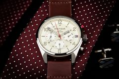 Tommy Hilfiger-Uhr, die auf einer Bindung, Luxus, teuer liegt lizenzfreies stockfoto