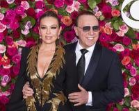 Tommy Mottola och Thalia på Tony Awards 2018 royaltyfri bild