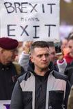 Tommy Robinson am Brexit-Verratdemonstrationszug lizenzfreie stockfotografie
