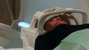 Tomografia del cervello per una donna sulla risonanza magnetica video d archivio