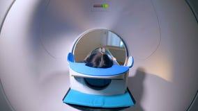 Tomograph MRI, MRI-bildläsare Patient på kopiering för magnetisk resonans, läkarundersökningbegrepp arkivfilmer