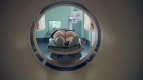 Tomograph, paciente irreconhecível na ressonância magnética, exame médico vídeos de arquivo