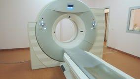 Tomographybildläsningsmaskin i sjukhusrum Tekniskt avancerad medicinsk sakkunskap stock video