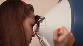 Tomograthy degli occhi all'ufficio del ` s dell'oculista archivi video