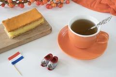 Tompouce anaranjado, invitaci?n holandesa tradicional con el pud?n y el helar en los reyes Day el 27 de abril de la festividad na fotografía de archivo
