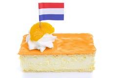 Tompouce arancio, pasticceria olandese tradizionale, isolata su bianco immagine stock libera da diritti