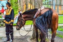 Tomsk pisanitsa, en man med en häst royaltyfria bilder