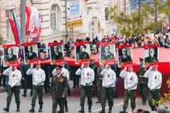 TOMSK, RÚSSIA - 9 DE MAIO DE 2016: Procissão dos povos no regimento imortal em Victory Day, maio, 9, 2016 em Tomsk, Rússia Fotos de Stock Royalty Free