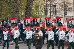 TOMSK, RÚSSIA - 9 DE MAIO DE 2016: Procissão dos povos no regimento imortal em Victory Day, maio, 9, 2016 em Tomsk, Rússia Imagem de Stock