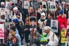TOMSK, RÚSSIA - 9 DE MAIO DE 2016: Procissão dos povos no regimento imortal em Victory Day, maio, 9, 2016 em Tomsk, Rússia Fotografia de Stock