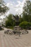 Tomsk, Rosja, Lenin ulica Lipiec 10, 2017 Chodzić na miasto ulicach w lecie Zabytek zielony wąż w parku fotografia royalty free