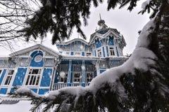 TOMSK ROSJA, LISTOPAD, - 25, 2016: Tomsk Oblast niemiec dom w śniegu Zdjęcia Stock