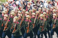 TOMSK, RUSIA - 9 DE MAYO DE 2016: Ceremonia rusa de abrir el desfile militar en Victory Day, mayo, 9, 2016 en Tomsk, Rusia Fotos de archivo