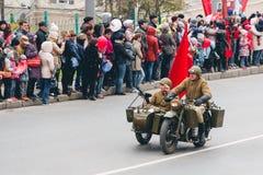 TOMSK, RUSIA - 9 DE MAYO DE 2016: Los militares rusos transportan en el desfile en Victory Day anual, mayo, 9, 2016 en Tomsk, Rus Fotografía de archivo