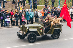 TOMSK, RUSIA - 9 DE MAYO DE 2016: Los militares rusos transportan en el desfile en Victory Day anual, mayo, 9, 2016 en Tomsk, Rus Imágenes de archivo libres de regalías
