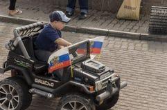 Tomsk, Rusland, de Straat van Lenin 10 juli, 2017 Het lopen op de stadsstraten in de zomer Het kind berijdt door kleine auto Stock Afbeeldingen