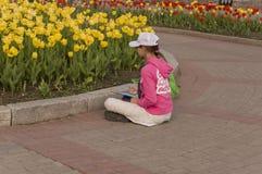 Tomsk, Rusland, de Straat van Lenin 10 juli, 2017 Het lopen op de stadsstraten in de zomer Het kind trekt tulpenbloemen Stock Afbeeldingen