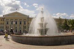 Tomsk, Rusland, de Universiteit van Tomsk van Controlesystemen en Radioelectronics in de zomerdag 10 juli, 2017 Partij van volker stock fotografie